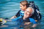 Una persona con disabilità al mare, durante un'iniziativa di HSA Italia
