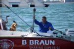 """La squadra viareggina dei Timonieri Sbandati è capitanata da Marco Rossato, primo velista paraplegico a circumnavigare l'Italia nel 2018, con la sola compagnia del fedele cane Muttley, guadagnatosi in tale occasione il titolo di """"comandante"""". L'immagine si riferisce a quell'impresa"""