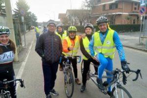 La pedalata della Polisportiva UICI di Torino, insieme al commissario tecnico della Nazionale di Ciclismo Davide Cassani (seconbdo da sinistra), svoltasi nel gennaio scorso da Pinerolo a Piscina (Torino)