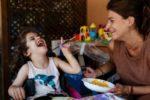 Una bimba con disabilità che fa riferimento alla Fondazione Paideia di Torino, insieme alla madre