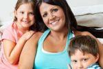 Una madre con sclerosi multipla insieme ai suoi due figli (©Amy Postle)