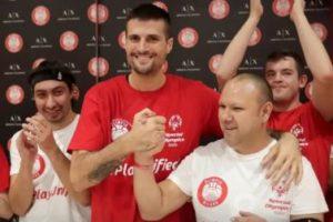 Il capitano della Pallacanestro Olimpia Milano Andrea Cinciarini con alcuni atleti Special Olympics