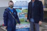 Elia insieme al titolare dell'azienda Aquae Sport Center di Porto Fuori di Ravenna, che lo ha assunto a tempo indeterminato