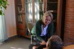 Una caregiver familiare insieme al congiunto, persona con grave malattia invalidante