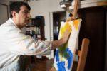 Andrea Ferrero al lavoro su un suo dipinto