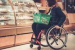 Una consumatrice con disabilità mentre fa la spesa al supermercato