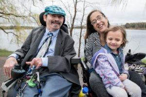 Una coppia di genitori con disabilità insieme alla figlia